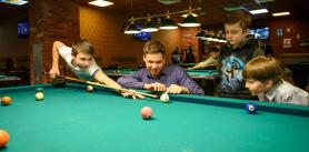Игра в бильярд школьникам и детям до 18 лет в клубе «Пирамида» фото